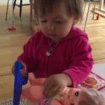 笑える動画 2歳児 ノコギリでメルちゃんの足を切断!?