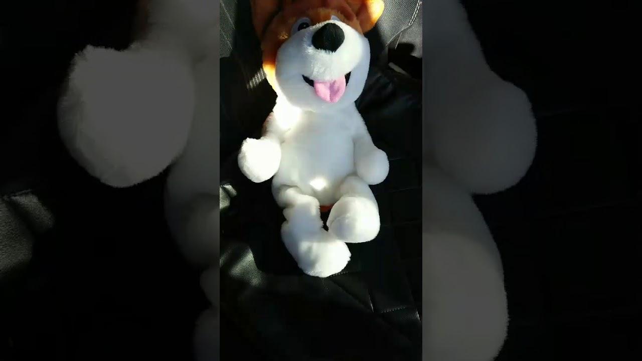 大爆笑する犬のぬいぐるみ