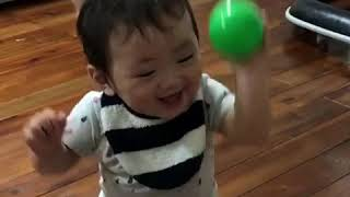 ボールを渡して爆笑する赤ちゃん