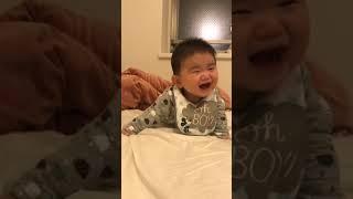 乳児 爆笑して倒れる